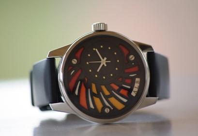 Photo Face Avant Montre Bracelet Art Luxe Homme Alb 100 Atelier artisan Horloger ALB Collection A.L.B artisanale cadran émail noir rouge orange blanc série limitée sur mesure